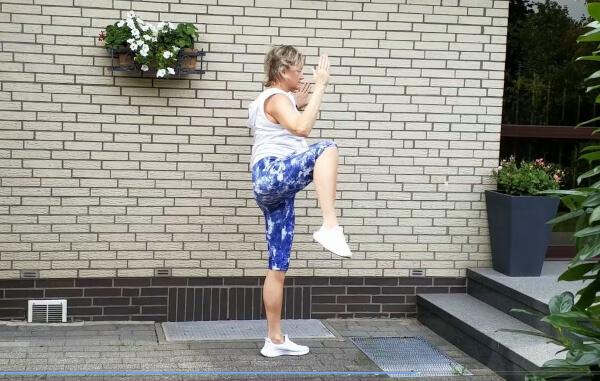 Buro Fitnessübungen an der Wand
